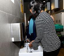 Berulang kali cuci tangan hingga kulit terkopek