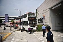 Wanita yang terperangkap bawah bas diselamat