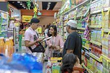 Berbelanja di pasar raya dengan ditemani relawan