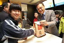 Restoran makanan segera giat perkasa pekerja, bina sekitar positif