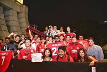Fans swarm Marina Bay hotel as Manchester United roll in for ICC