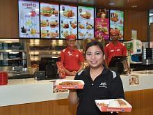 Saji pelbagai hidangan makanan segera sesuai dengan selera Melayu
