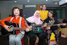PENUAAN AKTIF Dari 'mak cik potong bawang' ke belajar main gitar