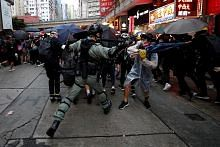 Khidmat kereta api HK terus ditutup, protes berterusan