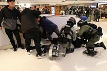 Polis guna gas pemedih mata surai protes di HK pada Krismas