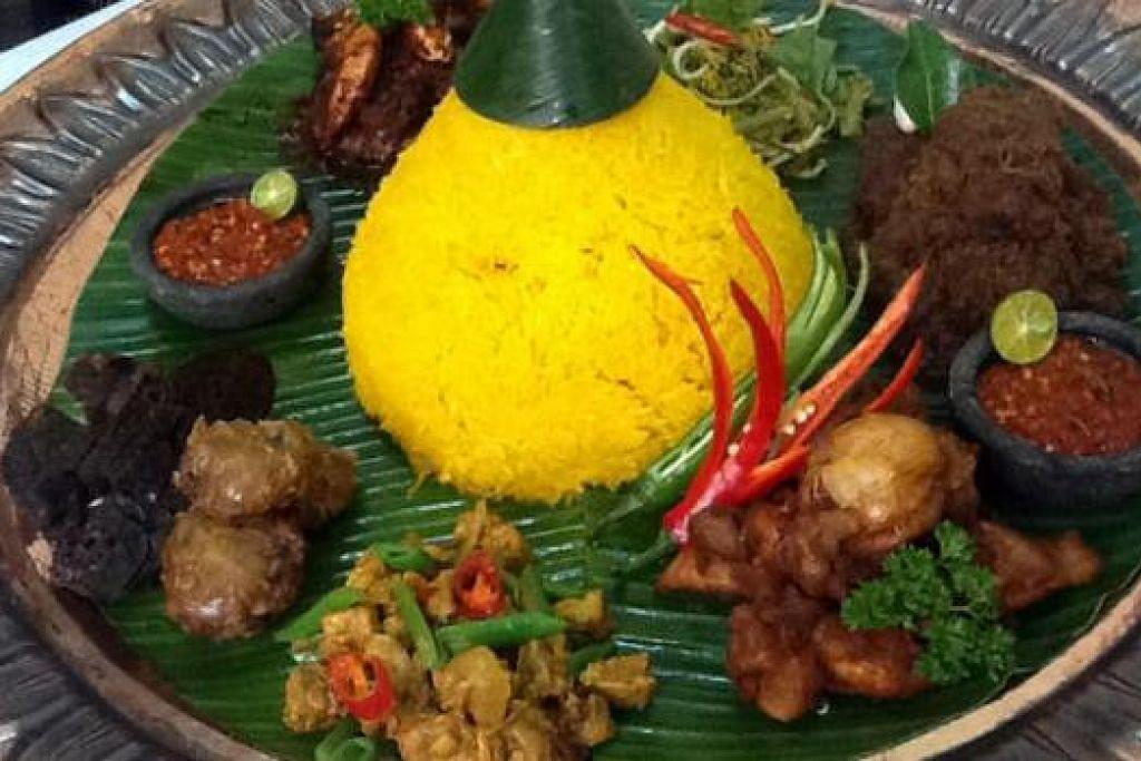 NASI TUMPANG: Nasi yang sangat popular di Kelantan ini dibungkus dengan diselang-selikan dengan nasi dan lauk.