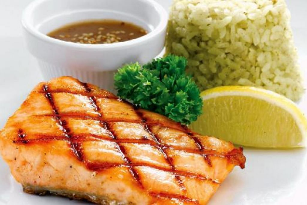 MESTI CUBA: Ikan salmon panggang dihidangkan dengan nasi mentega.