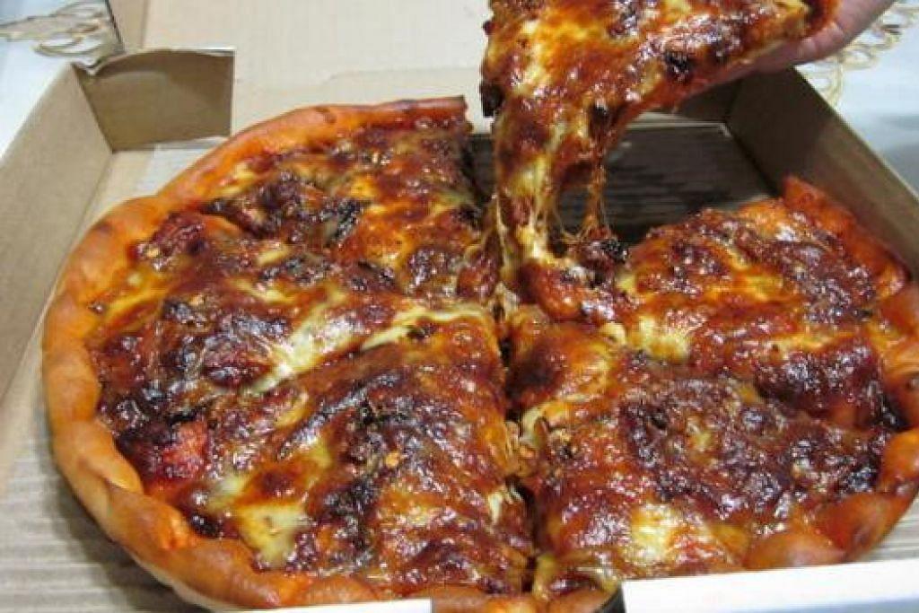 SYOK: Piza sambal ikan bilis menyajikan rasa piza yang agak pedas namun syok dimakan.