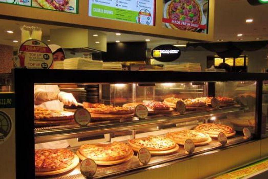 UNIK LAGI MENYELERAKAN: Satu keunikan gerai Pezzo Pizza di gedung membeli-belah ION ialah lebih banyak potongan piza dibeli, lebih rendah harga yang ditawarkan. – Foto-foto ALIJAH BATCHA