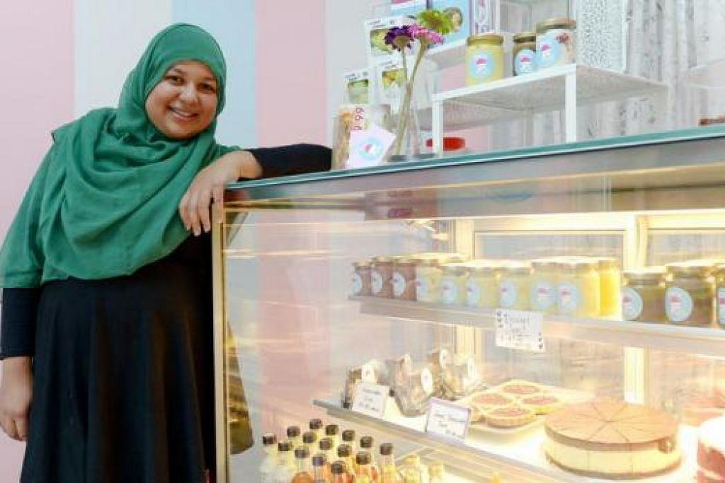 BUKA KEDAI: Cik Norhafeeza Mohamed Yusof yang mengambil masa beberapa tahun untuk mengasah kemahirannya dalam membuat kek dan pastri, akhirnya menyahut cabaran untuk membuka kedai sendiri. – Foto TUKIMAN WARJI