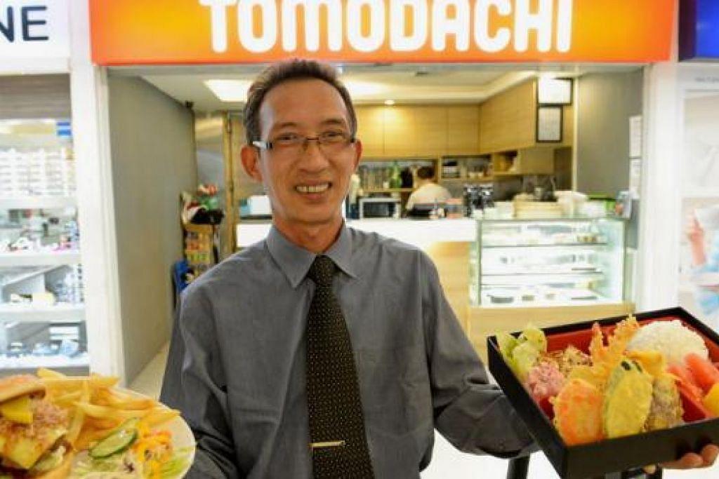 ENAK DAN ISTIMEWA: Pengurus Kafe Tomodachi, Encik Syed Abdoll Aziz Alsagoff, menunjukkan dua hidangan istimewa kafe itu, Bento Tempura (kanan) dan Emperor Burger. – Foto TUKIMAN WARJI