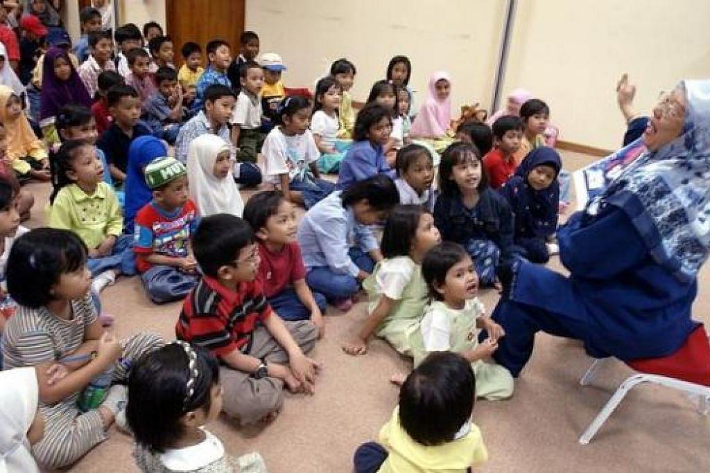 : LESTARIKAN BAHASA KITA: Pelbagai usaha untuk menggalak penggunaan bahasa Melayu seperti sesi bercerita, perkhemahan dwibahasa di sekolah dan kegiatan sepanjang Bulan Bahasa boleh dilihat sebagai usaha positif ke arah mengubah sikap orang Melayu, khususnya para pelajar, supaya lebih prihatin terhadap bahasa sendiri. – Foto fail