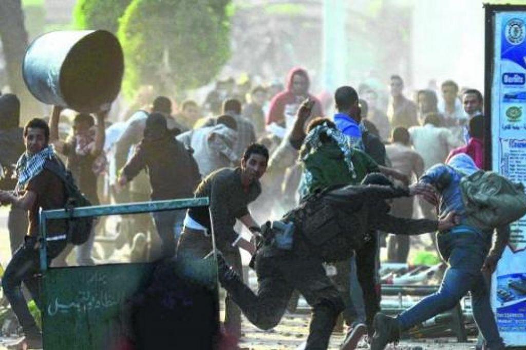 DEMO DI MESIR: Menerusi proses pilihan raya, presiden yang baru, Mohammed Morsi, dipilih sebagai pemimpin negara itu yang baru. Tetapi, baru dua setengah tahun berkuasa, rakyat Mesir mahu Morsi disingkirkan. - Foto AFP