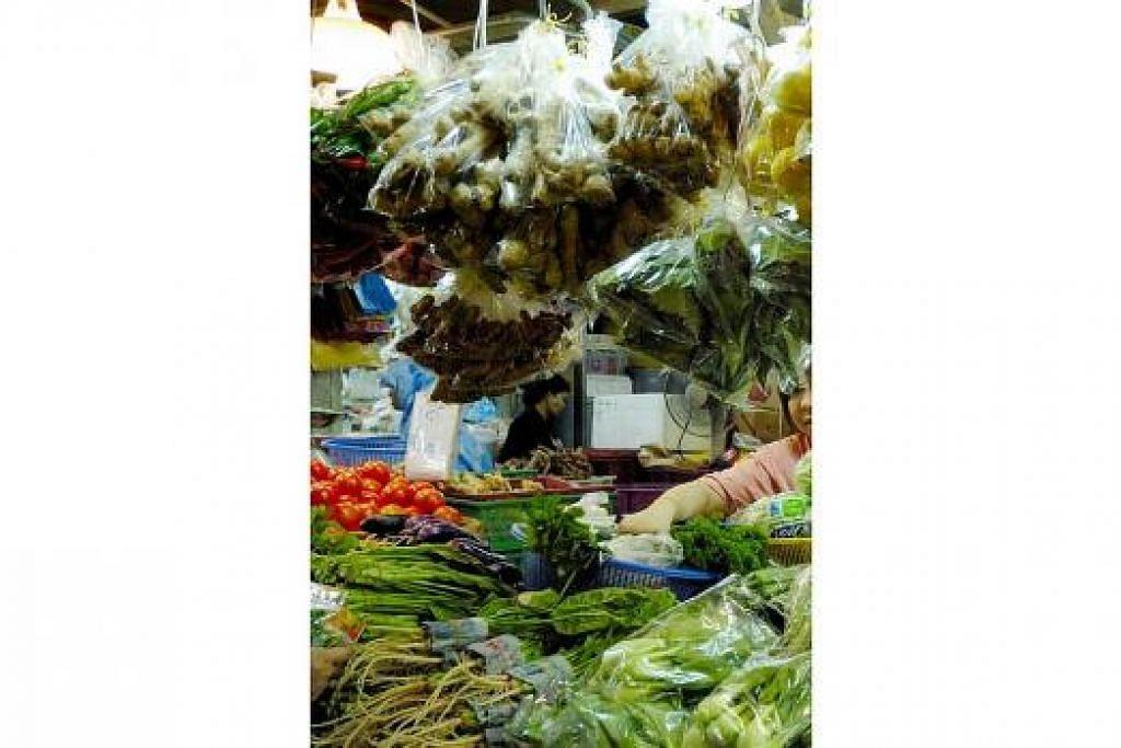 PERLU JAMINAN: Seperti negara lain yang tidak mempunyai kemampuan mengeluarkan makanan penting, Singapura akan senantiasa bergantung kepada import sebagai sumber makanan utama. Dasar-dasar untuk memastikan bekalan ini terus mengalir tanpa gangguan, di samping mengekalkan dua sumber lain (pengeluaran sendiri dan rizab), perlu ada bagi bekalan makanan. - Foto Hiasan