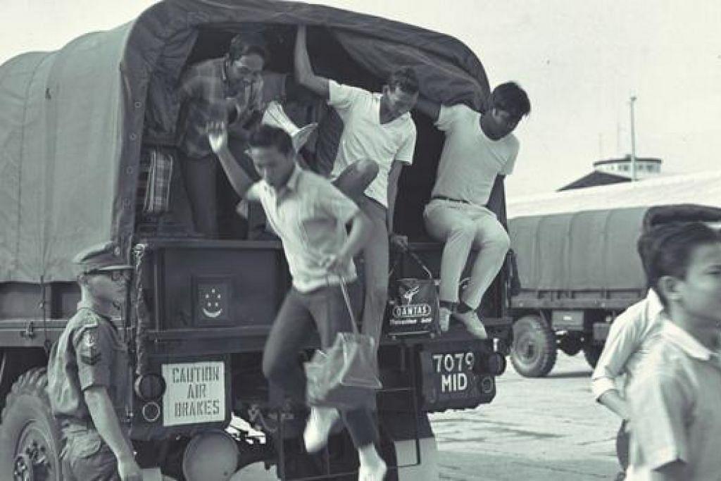 WAKTU DULU-DULU: Belia Singapura melaporkan diri bagi menjalani Perkhidmatan Negara pada 1967. - Foto fail