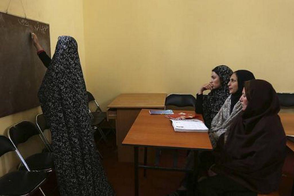 BUKA LEMBARAN BARU: Para banduan wanita di penjara Herat, Afghanistan, menghadiri kelas bahasa Inggeris. - Foto REUTERS
