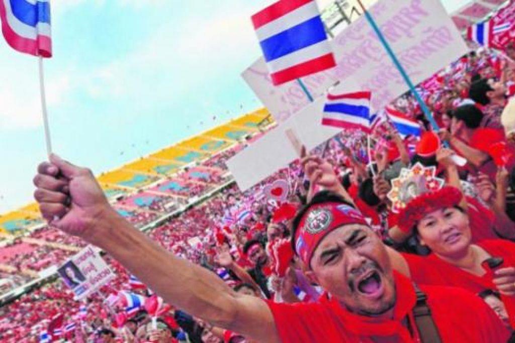 SUARA BANTAHAN: Penyokong baju merah melahirkan protes bagi membantah puak elit dalam kerajaan. - Foto AFP