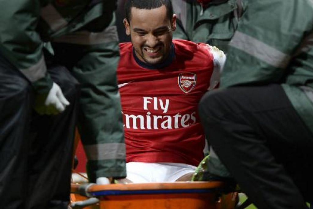 TERSANGKUT LAGI: Theo Walcott tidak akan beraksi untuk England di Piala Dunia Brazil Jun nanti selepas mengalami kecederaan lutut yang dianggar memerlukan sekurang-kurangnya enam bulan untuk pulih.