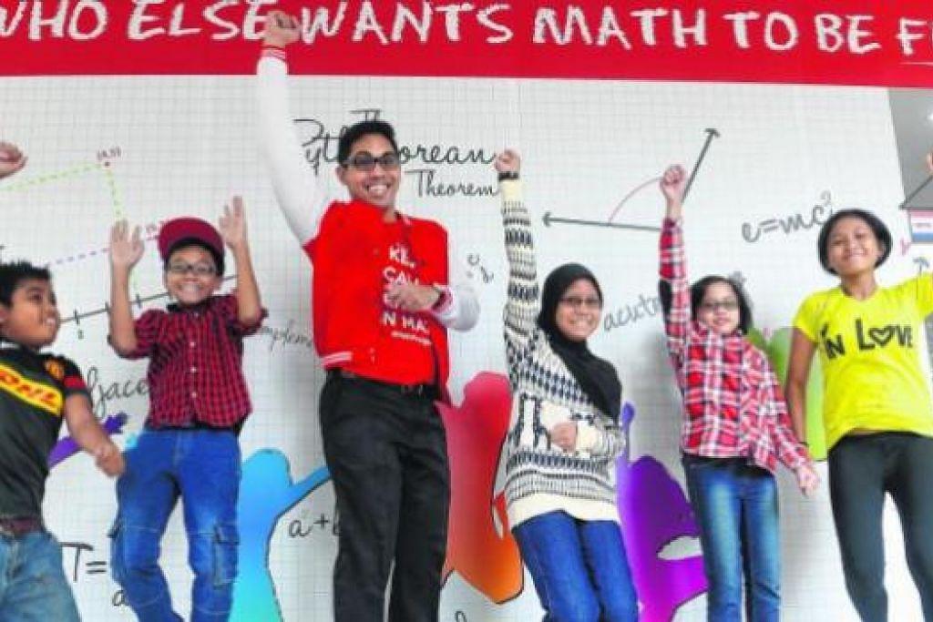 SERONOK BELAJAR: Encik Saiful (tiga dari kiri) bersama pelajar-pelajar darjah enam yang mengikuti kelas tuisyennya. Beliau mengambil pendekatan menyeronokkan dan menerapkan unsur-unsur motivasi dalam diri pelajar. - Foto TAUFIK A. KADER
