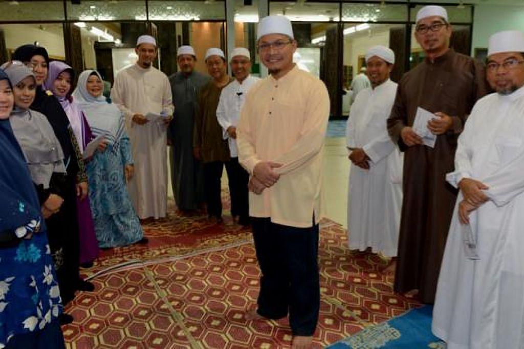 UTAMAKAN ADAB: Naib Presiden MHDS, Encik Yazid Kamil (tengah), bersama anggota yang lain mahu melahirkan masyarakat berilmu yang berpegang kepada nilai akhlak yang tinggi. – Foto TUKIMAN WARJI