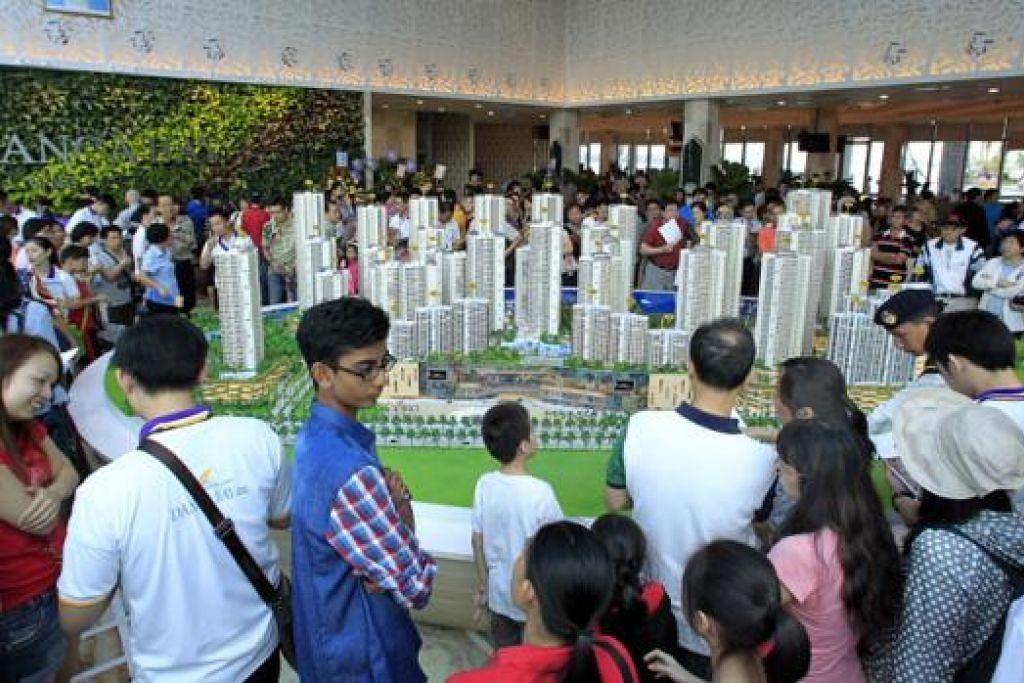 HANGAT PADA TAHUN LALU: Orang ramai membanjiri model kondominium Country Garden Danga Bay sewaktu pelancarannya tahun lalu. – Foto fail SPH