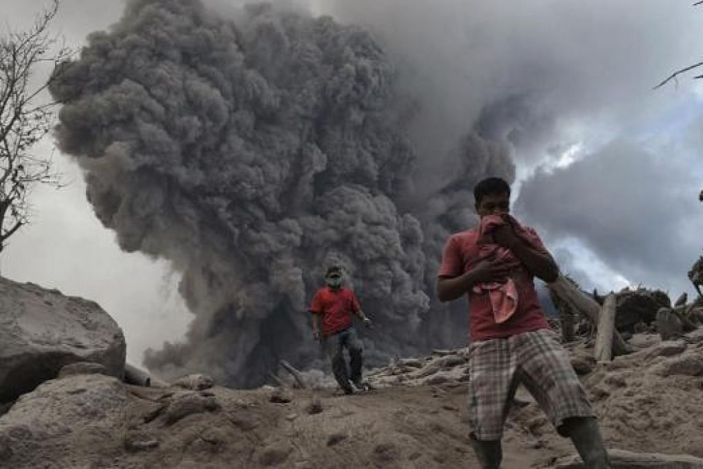 LETUPAN GUNUNG BERAPI: Kehidupan penduduk berdekatan Gunung Sinabung di Sumatera terjejas ekoran letupan gunung itu pada 21 Januari lalu. Namun kejadian itu bersifat sementara dan kemungkinan satu ujian untuk menduga keimanan orang beriman. – Foto REUTERS