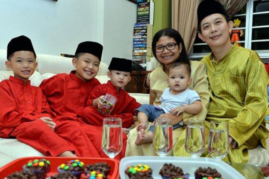 MASIH BELAJAR: Encik Muhammad Faris Chin (kanan) bersama isteri, Cik Maisaroh, serta empat anaknya yang baru setahun memeluk Islam seronok berpuasa dan bakal menyambut Hari Raya Aidilfitri buat pertama kali tahun ini. - Foto M.O. SALLEH
