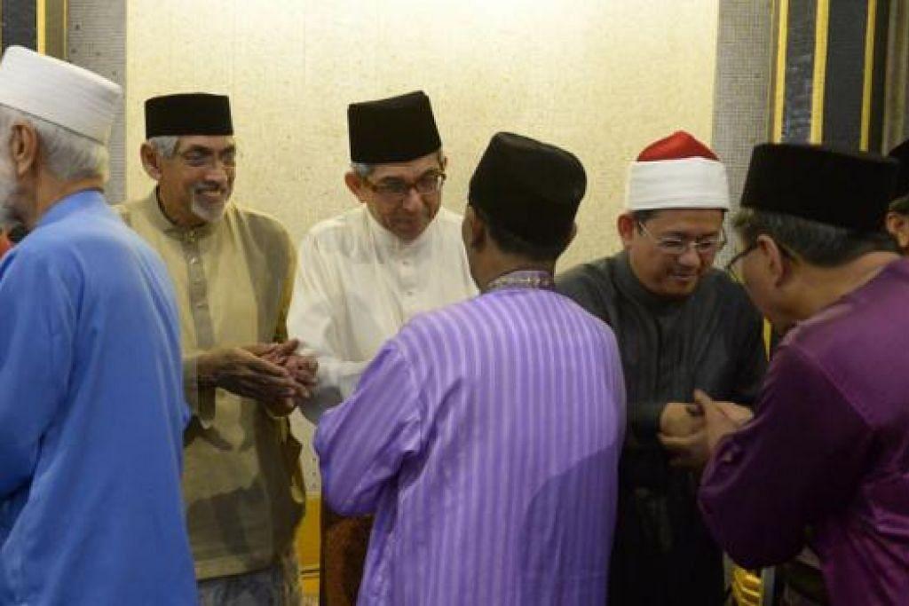 PERLU BEZAKAN: Mufti Dr Mohamed Fatris Bakaram (tiga dari kanan), dalam khutbah Aidilfitrinya di Masjid Sultan, menegaskan bahawa dengan ilmu serta daya tahan keimanan, Muslim seharusnya mampu menapis dan membezakan di antara berita yang benar daripada khabar yang tidak sahih. Turut hadir dalam solat Aidilfitri di Masjid Sultan ialah Menteri Bertanggungjawab bagi Ehwal Masyarakat Islam, Dr Yaacob Ibrahim. - Foto TUKIMAN WARJI