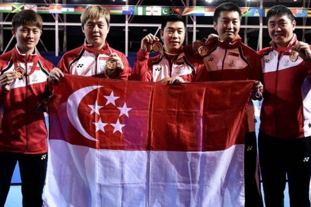 PERTAHAN KEDUDUKAN PERTAMA: Pasukan tenis meja lelaki berjaya mempertahan pingat emas yang dimenangi di Sukan Komanwel New Delhi empat tahun lalu, (dari kiri) Clarence Chew, Hu Li, Zhan Jian, Yang Zi dan Gao Ning. - Foto AFP