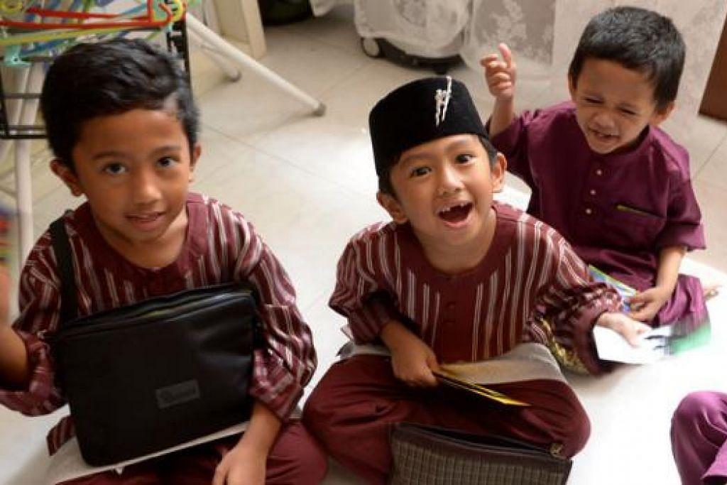 DAPAT DUIT RAYA: Antara yang paling menggembirakan kanak-kanak, selain makan, ialah dapat duit Hari Raya.