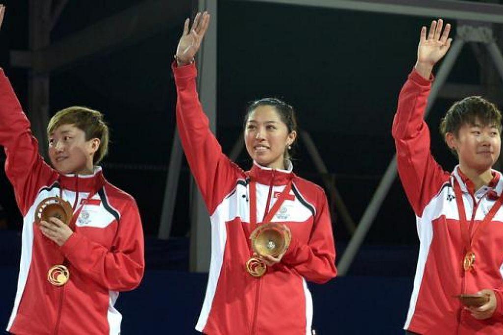 MENYERTAI ACARA PERSEORANGAN PULA: (Dari kiri) Feng Tianwei, Yu Mengyu dan Lin Ye akan melupakan kerjasama bermain secara berpasukan untuk merebut pingat emas acara perseorangan tenis meja wanita Sukan Komanwel. - Foto THE STRAITS TIMES