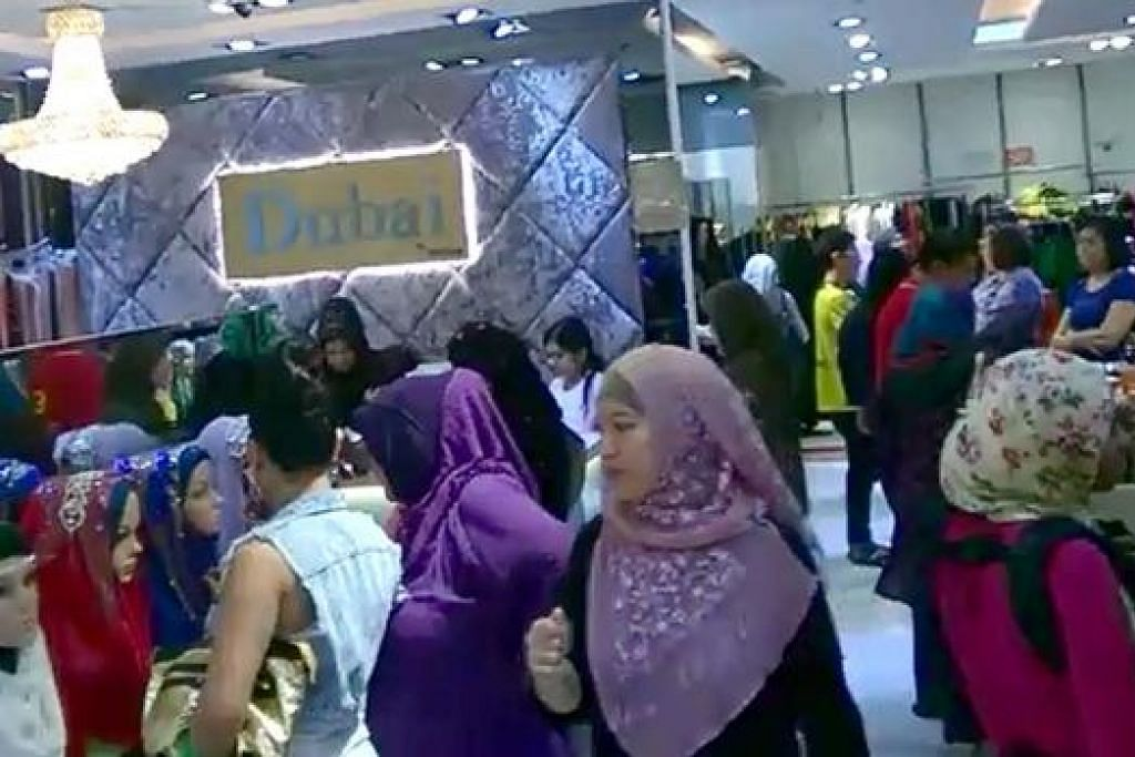 SESAK MENJELANG RAYA: Para pelanggan di Butik Dubai By Persian membeli-belah di saat-saat akhir Ramadan minggu lalu. - Foto PERSIAN BUTIK