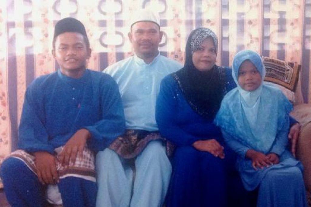 TERKENANG IBU SETIAP SYAWAL: Encik Mohd Hatta Jalalodin (dua dari kiri), yang bergambar pada satu Syawal lalu bersama isterinya, Cik Noryasmin Masod (dua dari kanan), serta anak mereka, (dari kiri) Mohd Haikal Hafizz dan Nor Qamareena, di rumah mereka di Johor terlalu ingin berjumpa dengan ibunya, Cik Patiah Ibrahim. - Foto-foto ihsan NORYASMIN MASOD