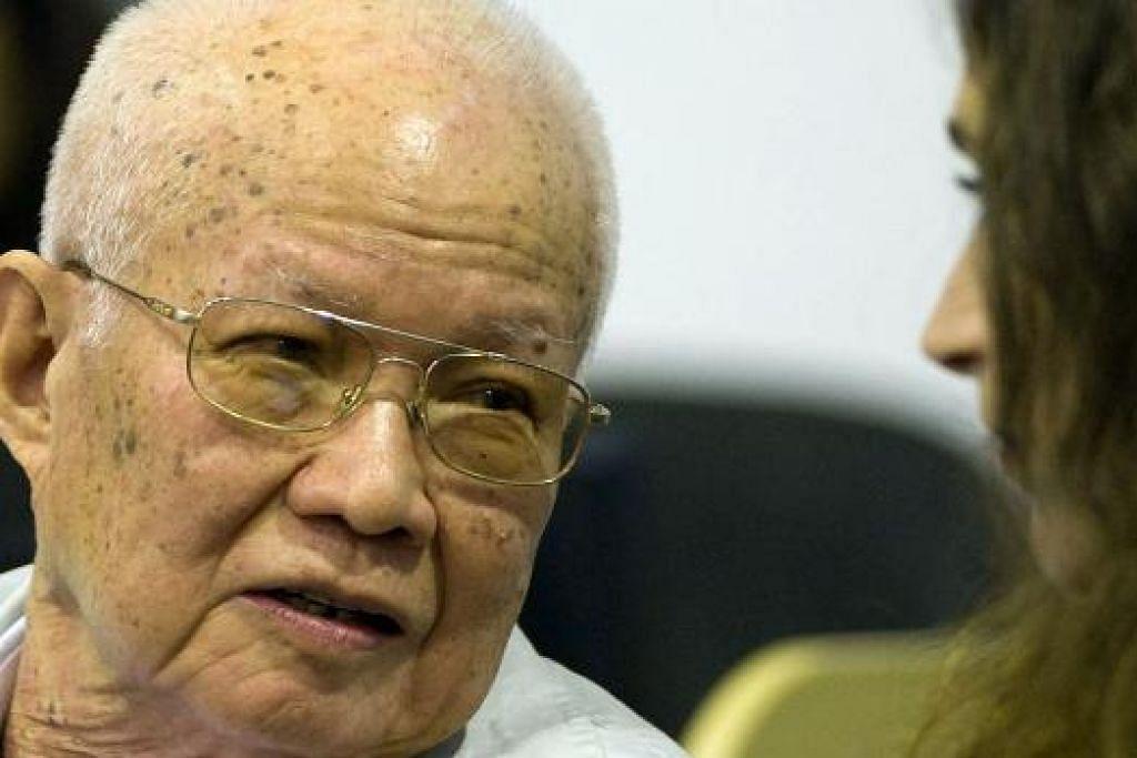 PENJENAYAH PERANG: Bekas pemimpin tertinggi Khmer Rouge, Khieu Samphan, 83 tahun, dihukum penjara seumur hidup  hari ini oleh tribunal yang disokong Pertubuhan Bangsa-Bangsa Bersatu (PBB). - Foto