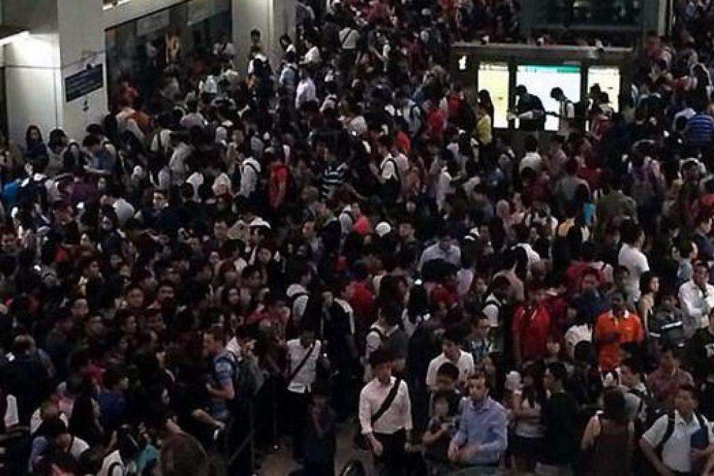 SESAK: Ribuan pengguna MRT berasak-asak keluar dari Stesen MRT Serangoon setelah khidmat MRT tergendala pagi tadi. - Foto