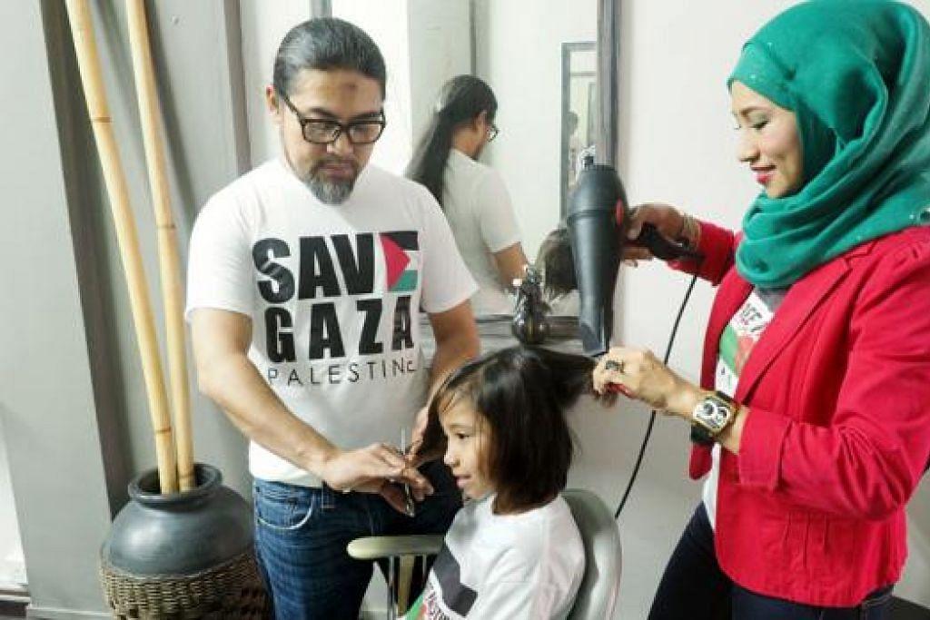 SOKONGAN BAGI GAZA: Encik Omar dan Cik Rynna akan menyumbangkan masa dan kepakaran menggunting rambut kanak-kanak dan belia hujung minggu ini bagi mengumpul dana untuk membantu mangsa Gaza, yang kebanyakannya adalah kanak-kanak. - Foto JOHARI RAHMAT