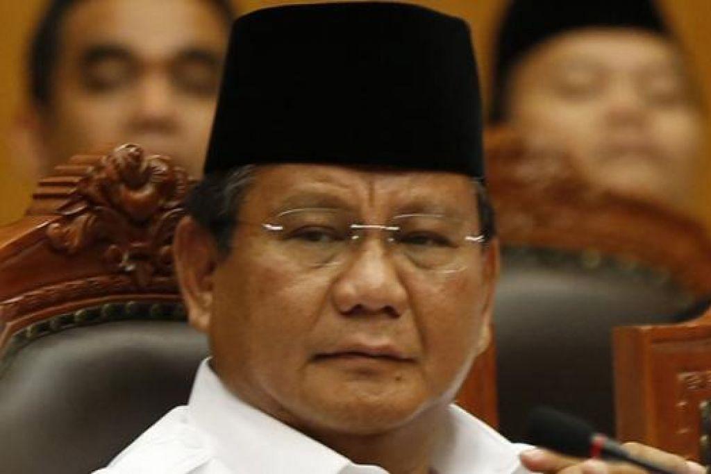 BAWA KE MAHKAMAH: Encik Prabowo menghadiri perbicaraan di Mahkamah Perlembagaan di Jakarta kelmarin bagi mendengar rayuannya berkaitan keputusan pilihan raya Presiden. - Foto REUTERS