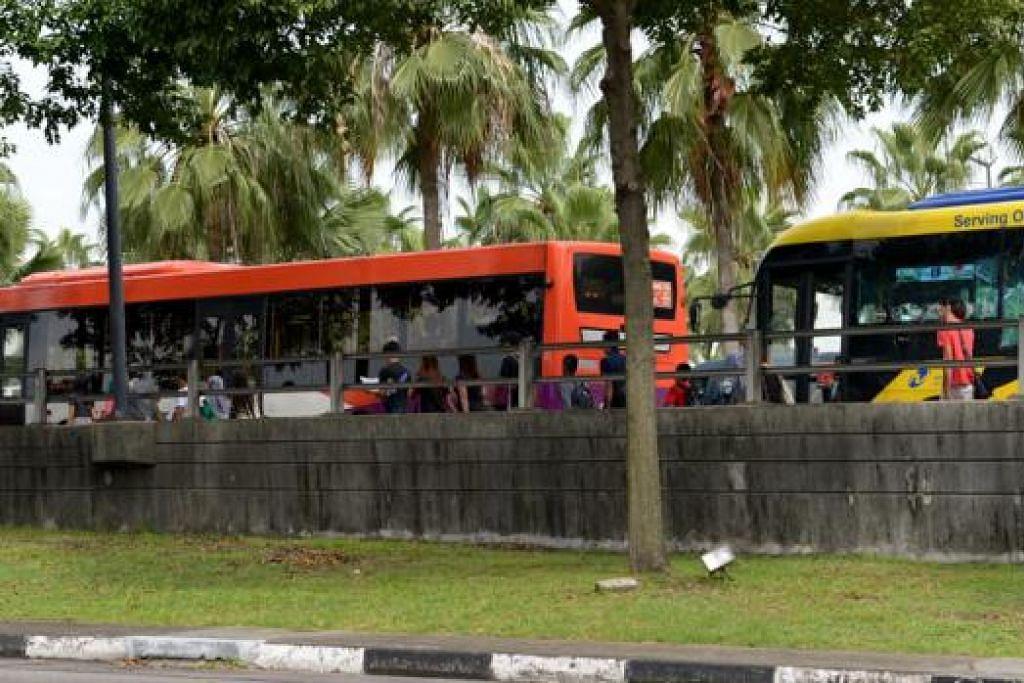 TINGKAT PERKHIDMATAN: Dengan jumlah penumpang yang membuat perjalanan dengan menaiki bas ke Singapura meningkat di antara 10 dan 20 peratus, pengendali perkhidmatan bas sedang berusaha meningkatkan jumlah perjalanan bagi memenuhi permintaan. - Foto TUKIMAN WARJI