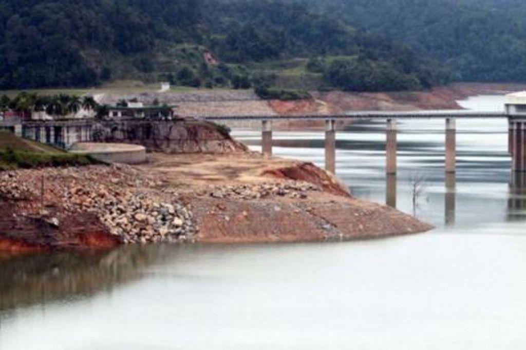 KEADAAN SEMAKIN RUNCING: Paras air di empangan Kuala Kubu Baru yang terletak di Selangor kelihatan masih rendah. - Foto THE STAR