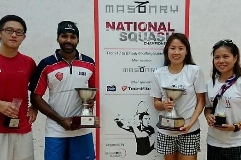 SANG JUARA DAN NAIB JUARA: Adawiyah (kanan) bergambar dengan juara kategori wanita di Kejohanan Squash Nasional Masonry yang berlangsung baru-baru ini, Joannah Yue. Dua dari kiri adalah juara kategori lelaki, Vivian Rhamanan, dan sebelahnya ialah naib juara, Bryan Koh.