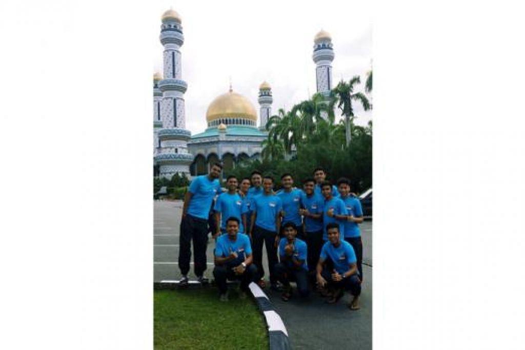 SELAMAT BERJUANG: Sebahagian barisan skuad Bawah 21 Tahun Singapura bergambar selepas menunaikan solat Jumaat di Masjid Jame Asr Hassanil Bolkiah, masjid terbesar di Brunei, semalam. Mereka berada di Brunei bagi kejohanan merebut Trofi Hassanal Bolkiah yang bermula hari ini hingga 23 Ogos. - Foto FAS