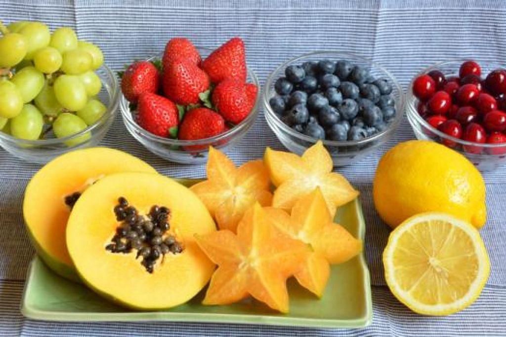 SERTAKAN BUAH DALAM PEMAKANAN: Untuk menjadi sihat dan cergas, anda perlu makan makanan yang baik, antaranya buah-buahan yang banyak mengandungi khasiat, termasuk antioksidan yang melindungi badan daripada radikal bebas yang menyebabkan pelbagai penyakit. - Foto fail