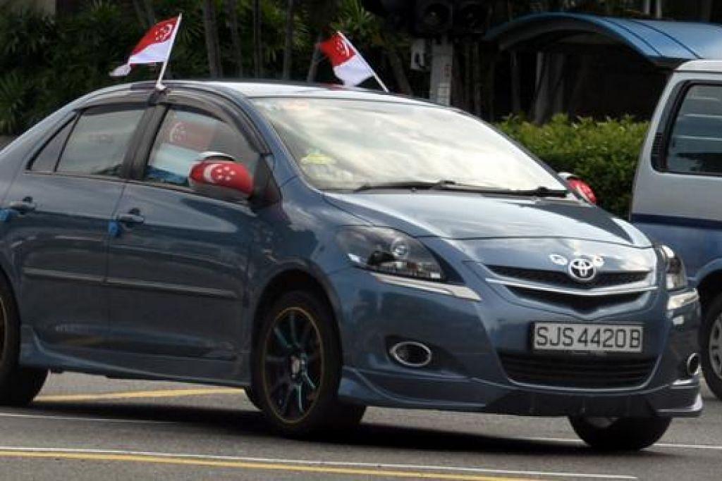 PERHIASAN MENARIK : Kereta ini dihiasi bendera Singapura bagi menyambut Hari Kebangsaan.