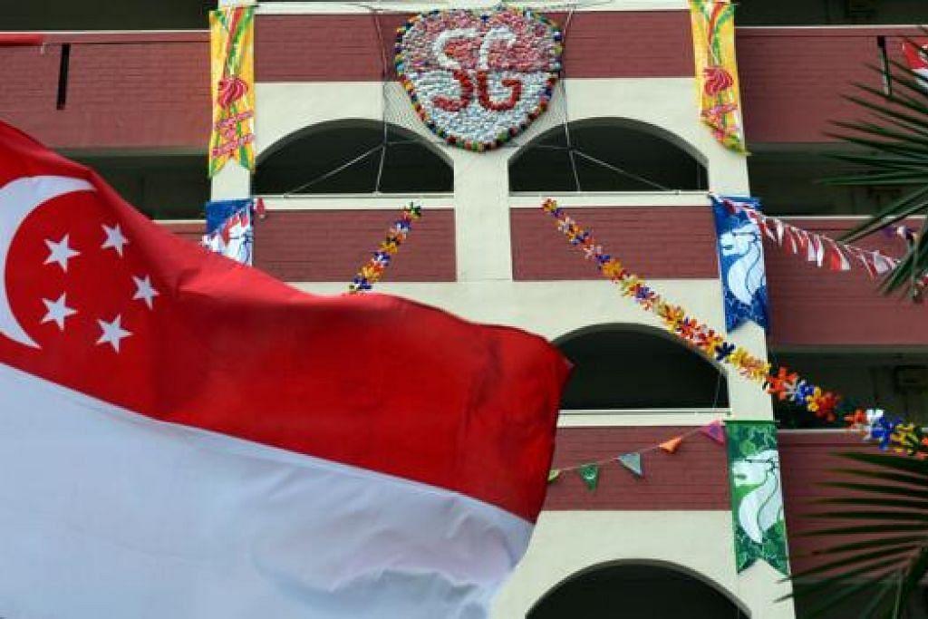 PENUH WARNA-WARNI: Flat HDB ini (atas) dan kawasan di sekitar estet perumahan di Singapura dihiasi bendera pelbagai saiz dan kain rentang menjelang Hari Kebangsaan hari ini. - Foto-foto ZAINAL YAHYA
