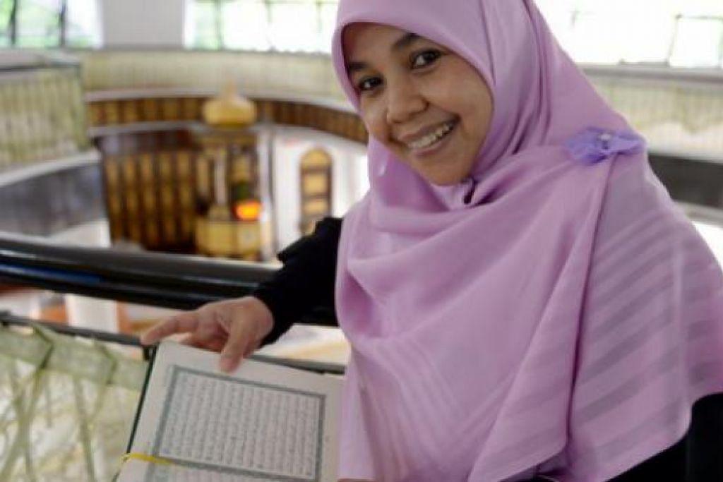 PENGALAMAN PEMBUKA MATA: Antara tugas utama Cik Ania sebagai sukarelawan di Masjid Al-Mukminin ialah menjadi pendamping dengan memberi sokongan dan galakan kepada golongan memerlukan dan menziarahi rumah penerima zakat demi memastikan bantuan memenuhi keperluan mereka. - Foto TUKIMAN WARJI