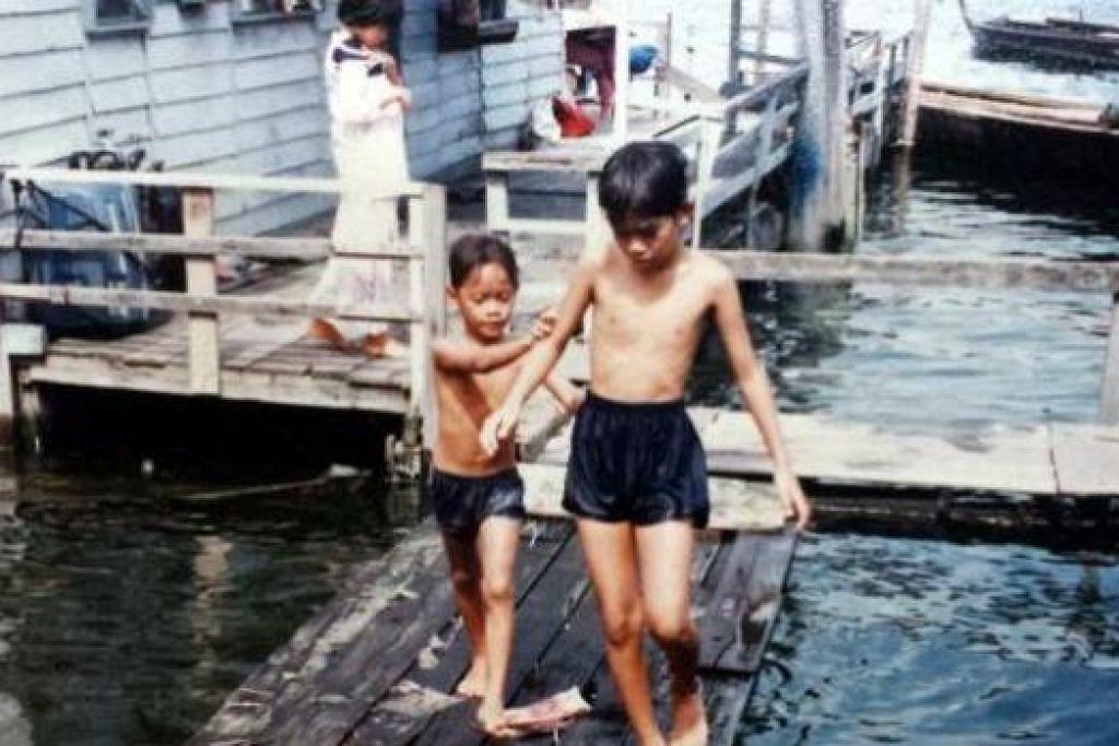 APABILA AIR PASANG BESAR: Apabila air pasang besar, budak-budak akan mengambil kesempatan berenang dengan menggunakan boya. - Foto-foto MOHD YUNOS OTHMAN