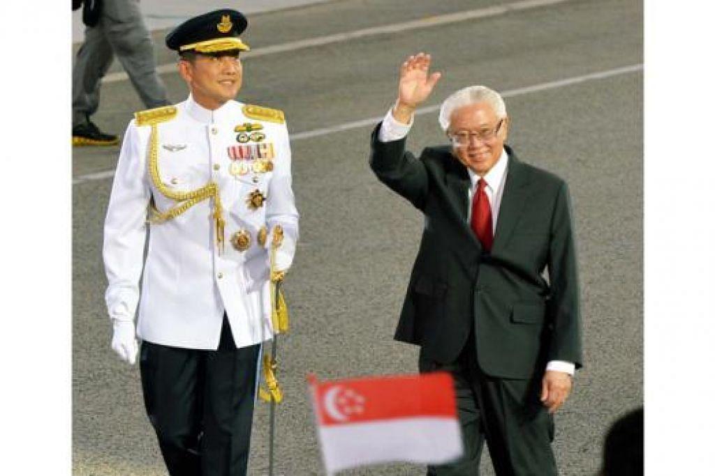 LAMBAIAN PRESIDEN: Tahun ini merupakan tahun ketiga Presiden, Dr Tony Tan Keng Yam, menyerikan Perbarisan Hari Kebangsaan.