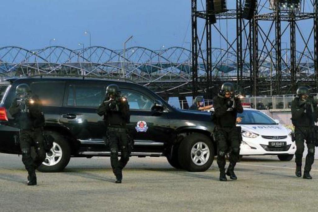 CEPAT MEMBERI RESPONS: Pasukan Anti-Serangan Beramai-Ramai SPF yang tiba dengan menaiki Kenderaan Respons Taktikal menunjukkan bagaimana mereka mematahkan serangan sekumpulan 'pengganas' bersenjata.