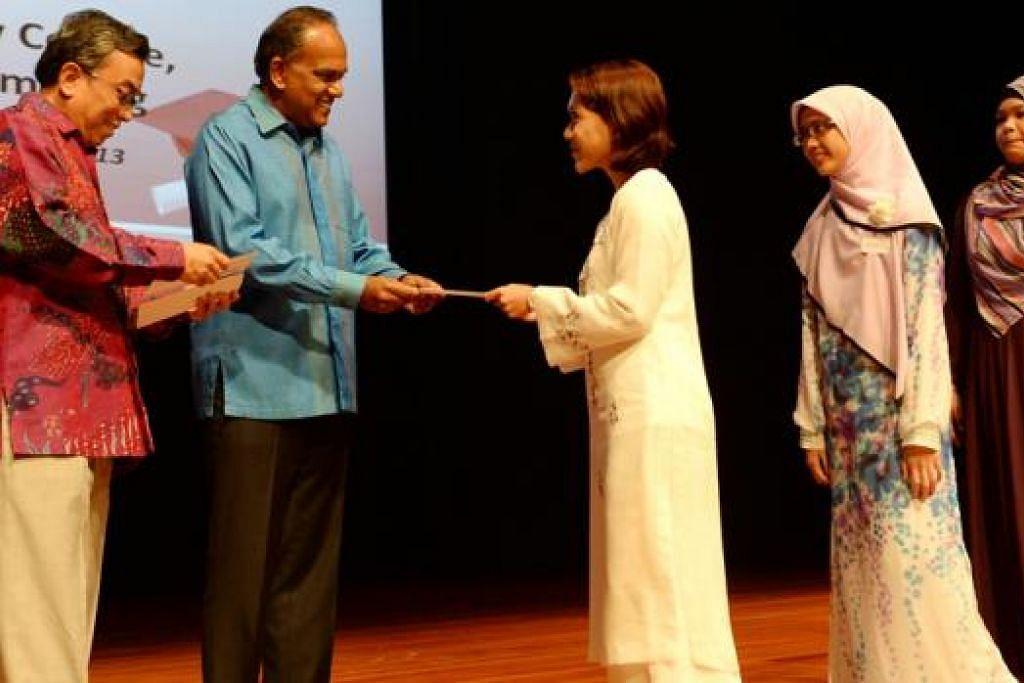 SEBAIK-BAIK HADIAH IALAH ILMU: Menteri Undang-undang dan Ehwal Luar, Encik K. Shanmugam, pada acara pembahagian biasiswa Lembaga Biasiswa Kenangan Maulud (LBKM) di Kolej Sentral, Institut Pendidikan Teknikal (ITE) 23 November 2013. Terdapat lebih 20,000 penerima biasiswa dan dermasiswa Lembaga Biasiswa Kenangan Maulud dengan nilai sekitar S$16 juta sejak 1966 sehingga kini yang kesannya turut mendorong lompatan kemajuan bagi masyarakat Melayu/Islam Singapura.