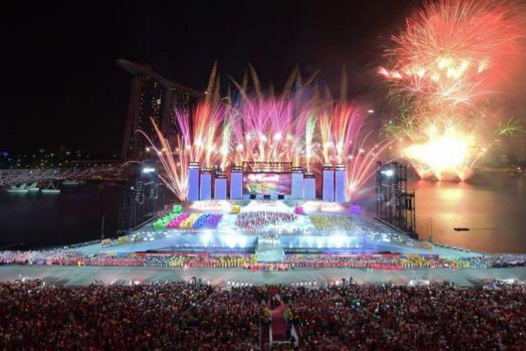 SAMBUTAN GAH: Kawasan Marina Bay diterangi dengan percikan bungai api yang berwarna-warni semasa acara kemuncak sambutan Perbarisan Hari Kebangsaan 2014 malam tadi. - Foto THE STRAITS TIMES